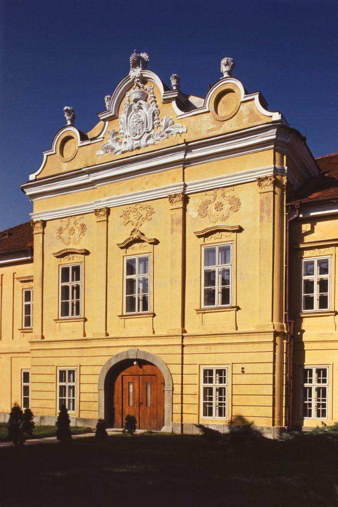 A Csallóközi Múzeum épülete, a Sárga kastély.