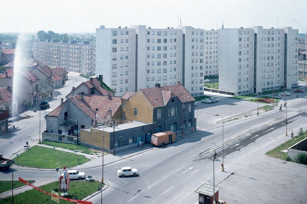 Dunaszerdahelyi panelház lakótelep a Fő utca felől.
