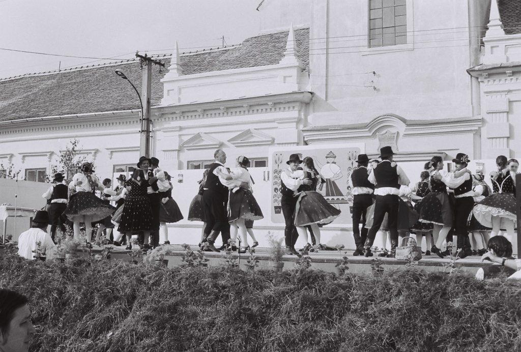 Azonosítatlan magyarországi táncegyüttes előadása.