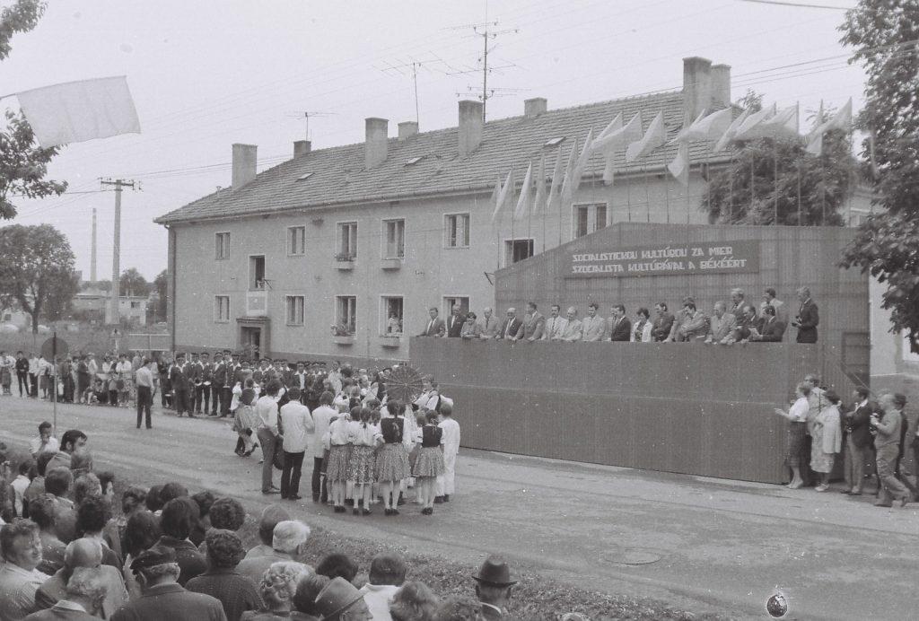 Menettánc bemutatása a tribün előtt. (XXVI. Országos Népművészeti Fesztivál)