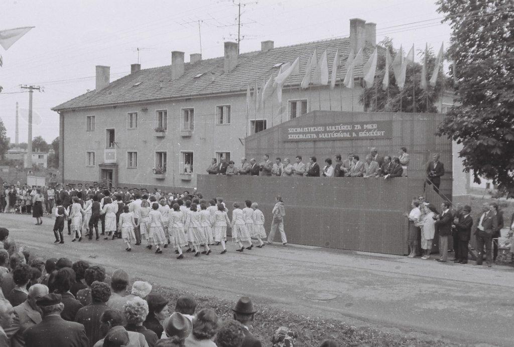 Istiglinc Gyermek Táncegyüttes, Dunaszerdahely. (utolsó sorban jobbról Pozsár Erzsébet csoportvezető) (XXVI. Országos Népművészeti Fesztivál)