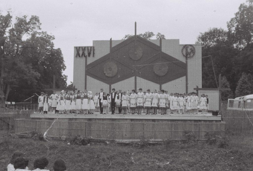 A XXVI. ONF ünnepi nyitóműsora. Gyerekcsoportok a színpadon. (XXVI. Országos Népművészeti Fesztivál)