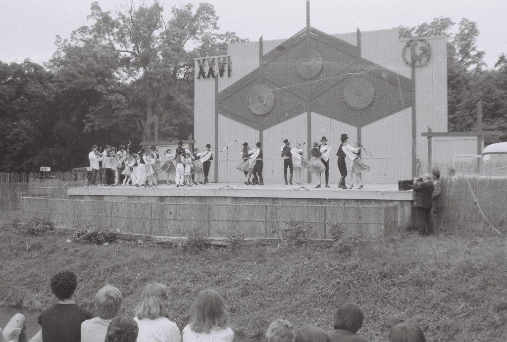 Tátika, Ekel. (a színpad mellett a sarokban Prándl Sándor fotós) (XXVI. Országos Népművészeti Fesztivál)