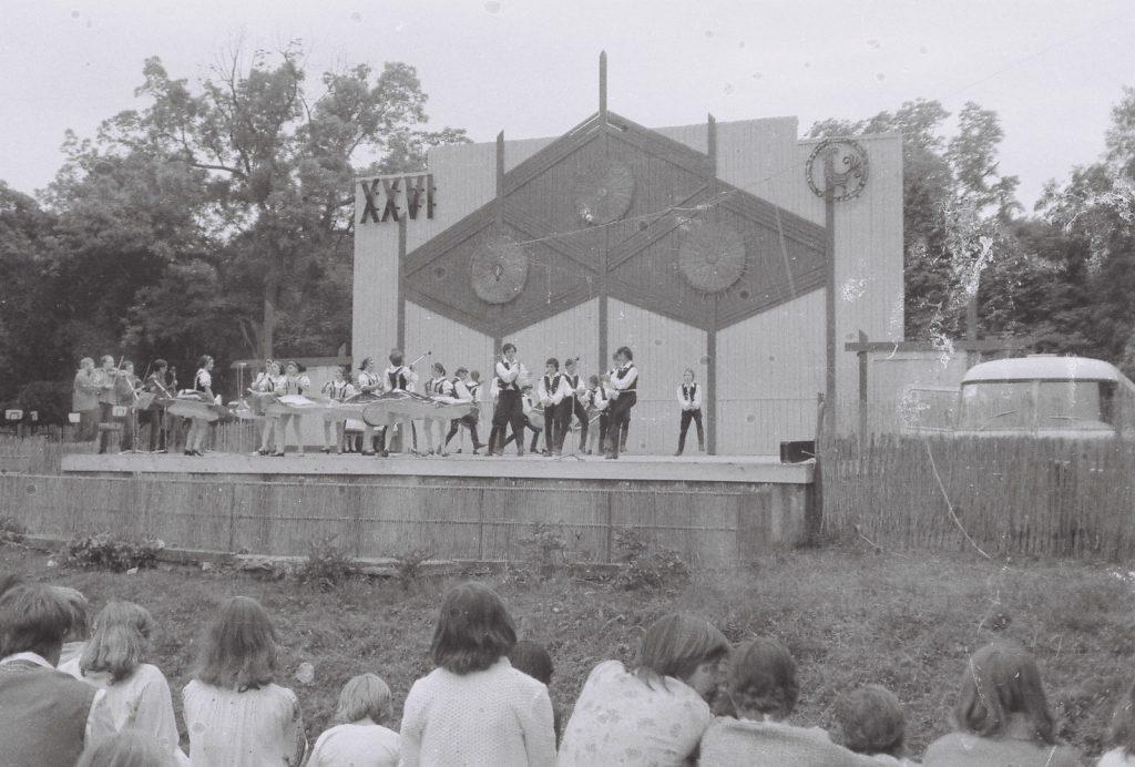 Alsóerdősori Általános Iskola Gyermektáncegyüttese, Budapest. (XXVI. Országos Népművészeti Fesztivál)