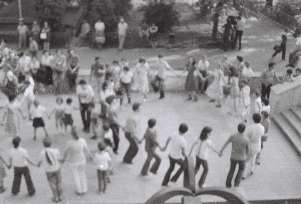 A csoportok szabad körtánca a kultúrház előtti téren, Léván. (XXVI. Országos Népművészeti Fesztivál)