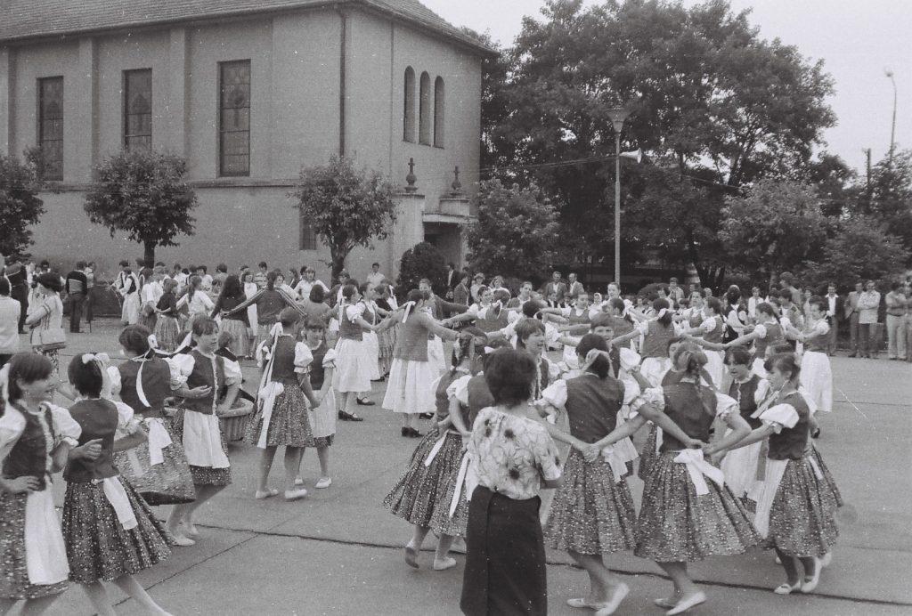 Menettáncra készülés. (hátérben a katolikus templom) (XXVI. Országos Népművészeti Fesztivál)