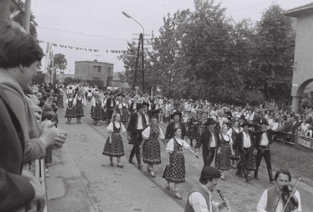 Kasava (morva) Folklórcsoport a felvonuláson. (XXVI. Országos Népművészeti Fesztivál)