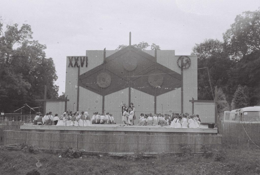 A gyerekcsoportok közös nyitóképe. (XXVI. Országos Népművészeti Fesztivál)