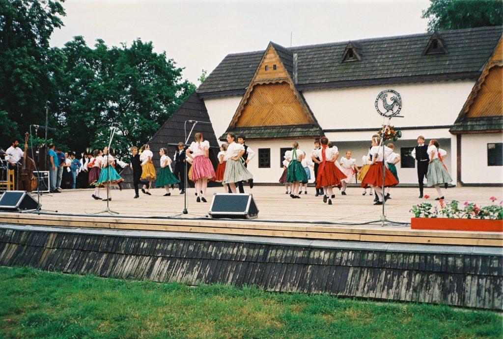 Ráckevei Bokréta Gyermektáncegyüttes, Ráckeve. (Nemzetközi Folklórfesztivál Zselíz '94)