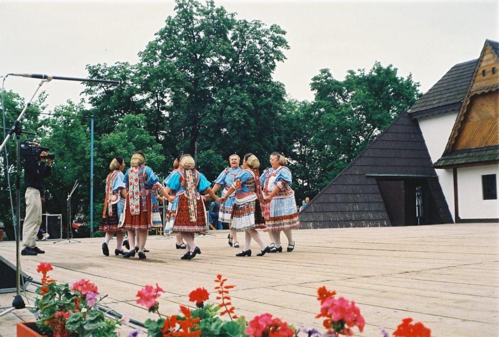 Hajnal Hagyányőrző Táncegyüttes, Martos. (Nemzetközi Folklórfesztivál Zselíz '94)