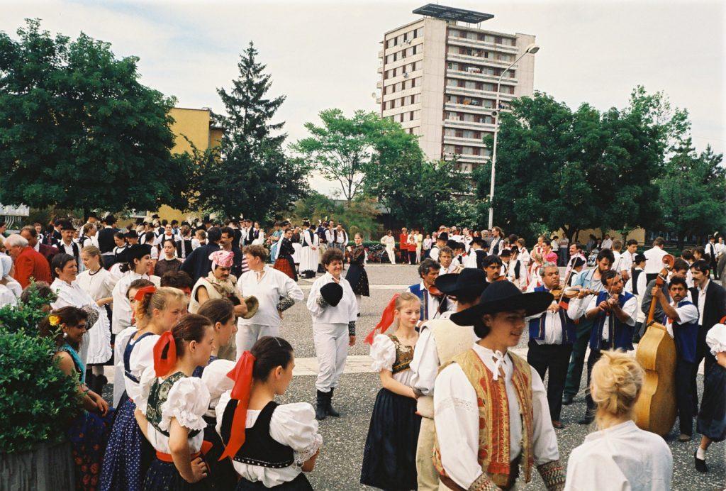 Gyülekezés a koszorúzásra és a felvonulásra. (Nemzetközi Folklórfesztivál Zselíz '94)