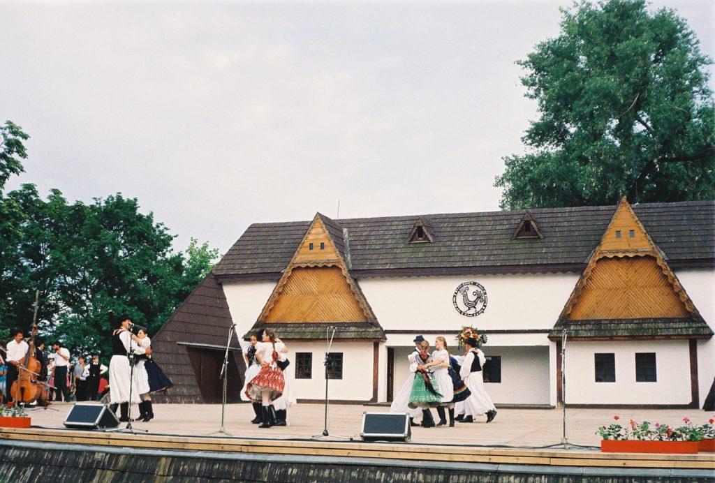 Szőttes Kamara Néptáncegyüttes, Pozsony. (Nemzetközi Folklórfesztivál Zselíz '94)