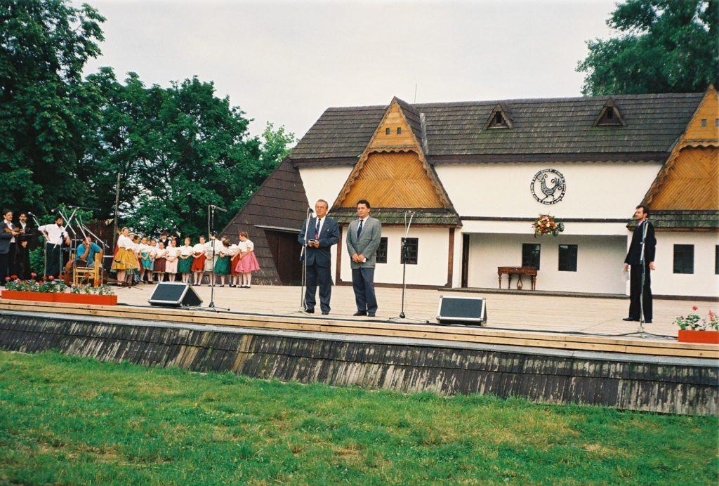 Dubovszky László polgármester és Végh László a mikrofonnál. (Nemzetközi Folklórfesztivál Zselíz '94)