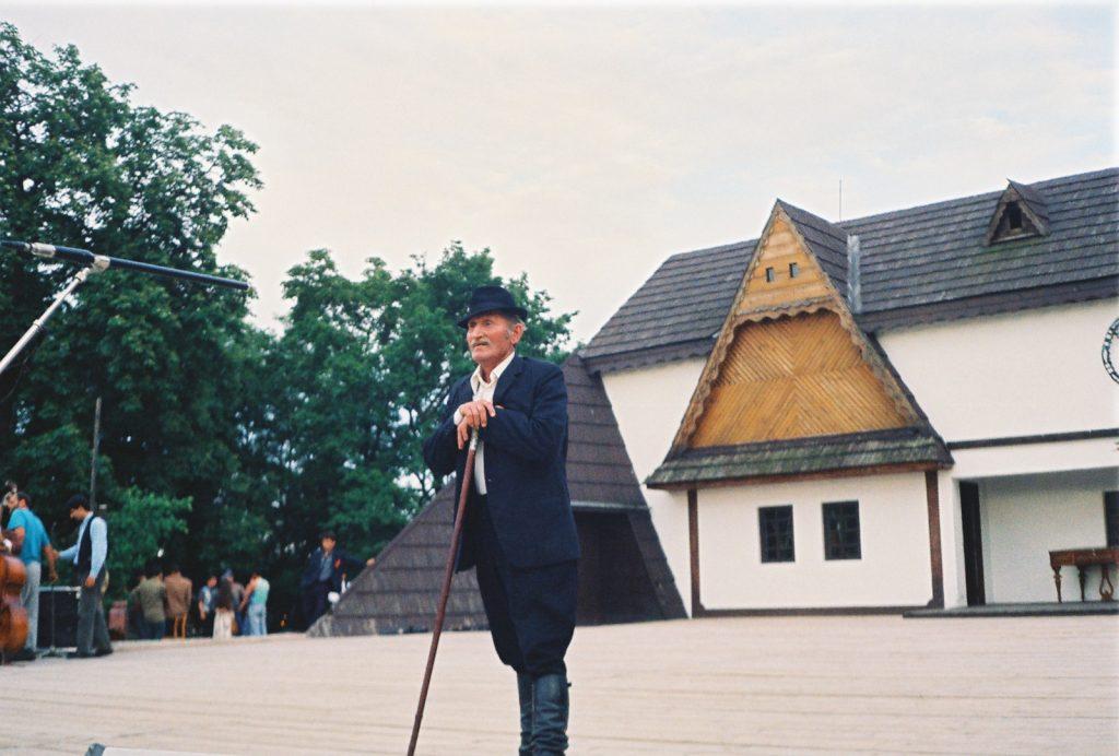 Cselényi László, pásztor,  hagyományőrző táncos és énekes. (Nemzetközi Folklórfesztivál Zselíz '94)