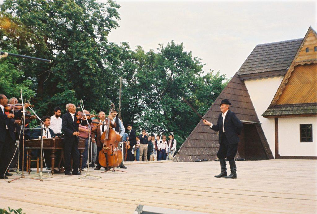 Cselényi László, pásztor,  hagyományőrző táncos és énekes. Játszik Molnár László alsókálosai prímás és zenekara. (Nemzetközi Folklórfesztivál Zselíz '94)