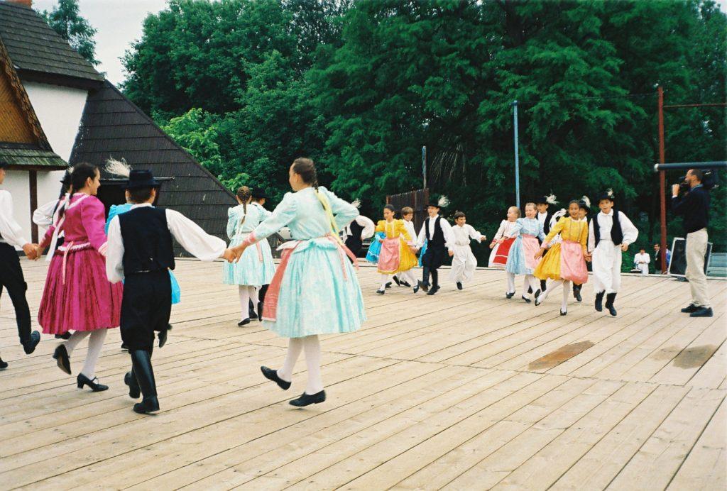 Azonosítatlan gyermek tánccsoport. (Nemzetközi Folklórfesztivál Zselíz '94)
