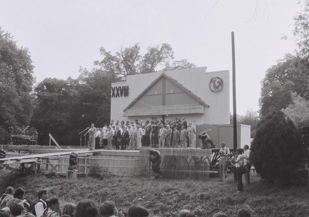 A fesztivál megnyitója. (a mikrofonnál Sidó Zoltán Csemadok KB elnöke) (XXVIII. Országos Népművészeti Fesztivál)