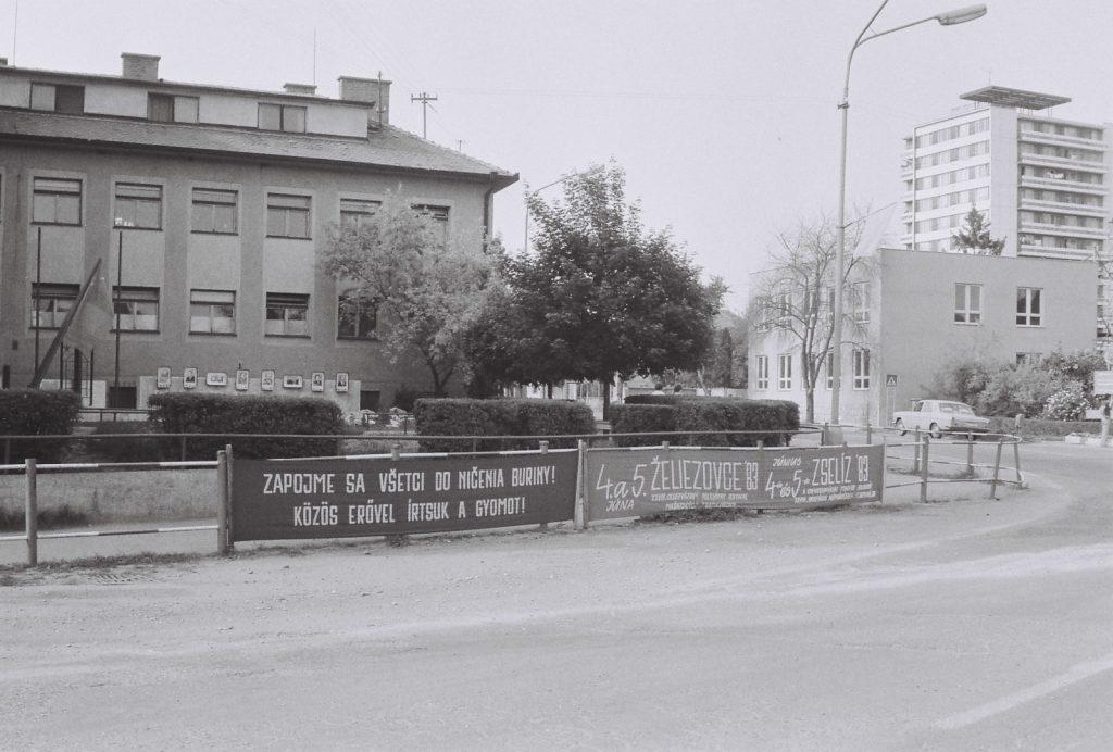 A városháza előtt. (XXVIII. Országos Népművészeti Fesztivál)