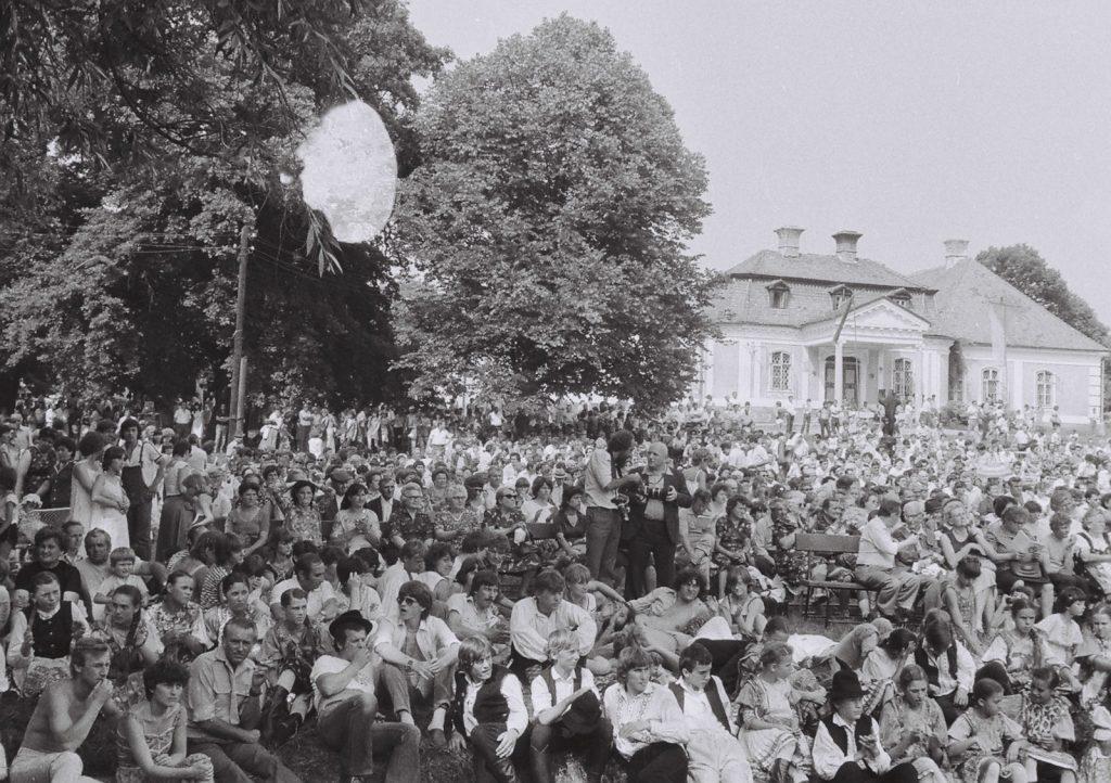 A közönség. (a középen jobbról Gyökeres György és Prandl Sándor fotográfusok) (XXVIII. Országos Népművészeti Fesztivál)