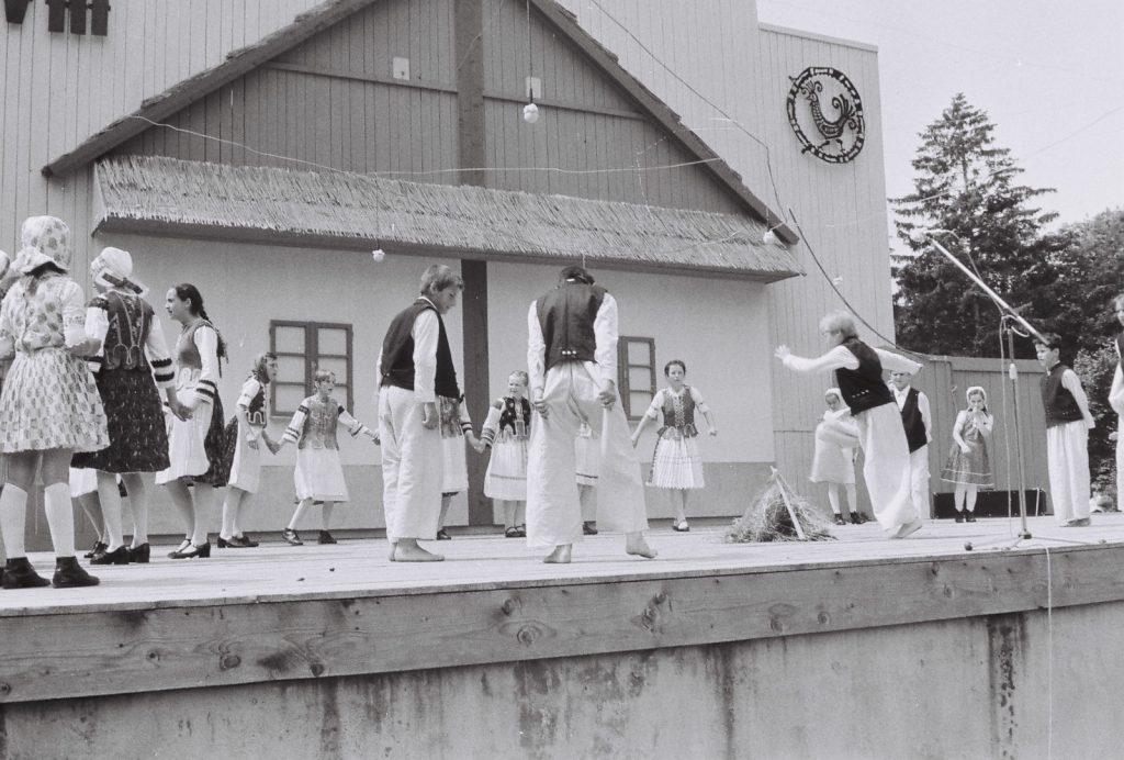 A gímesi alapiskola gyerekcsoportja. (XXVIII. Országos Népművészeti Fesztivál)
