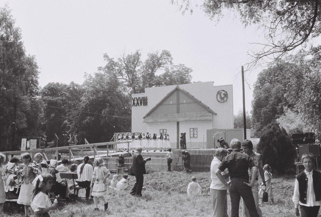 Fehér Liliomszáll gyermektáncegyüttes, Szepsi. (középen Prandl Sándor fotográfus) (XXVIII. Országos Népművészeti Fesztivál)