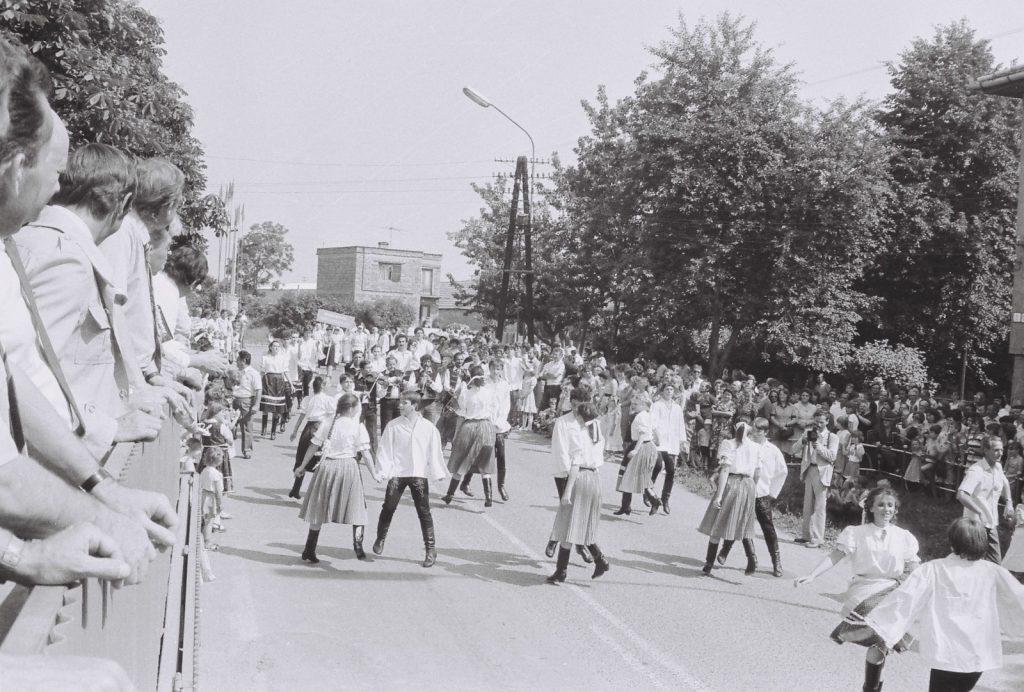 Menettánc a tribün előtt. (XXVIII. Országos Népművészeti Fesztivál)