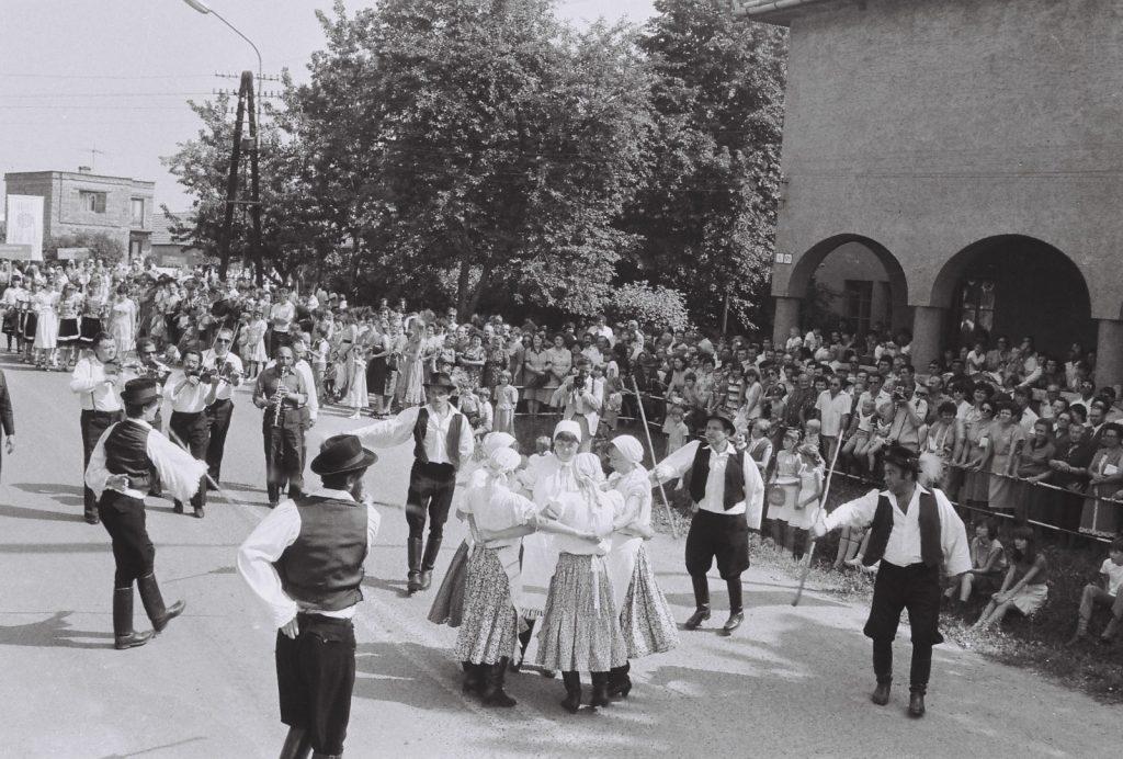Árvalányhaj Hagyományérző Táncegyüttes, Szádvárborsa. (menettánc a tribün előtt) (XXVIII. Országos Népművészeti Fesztivál)