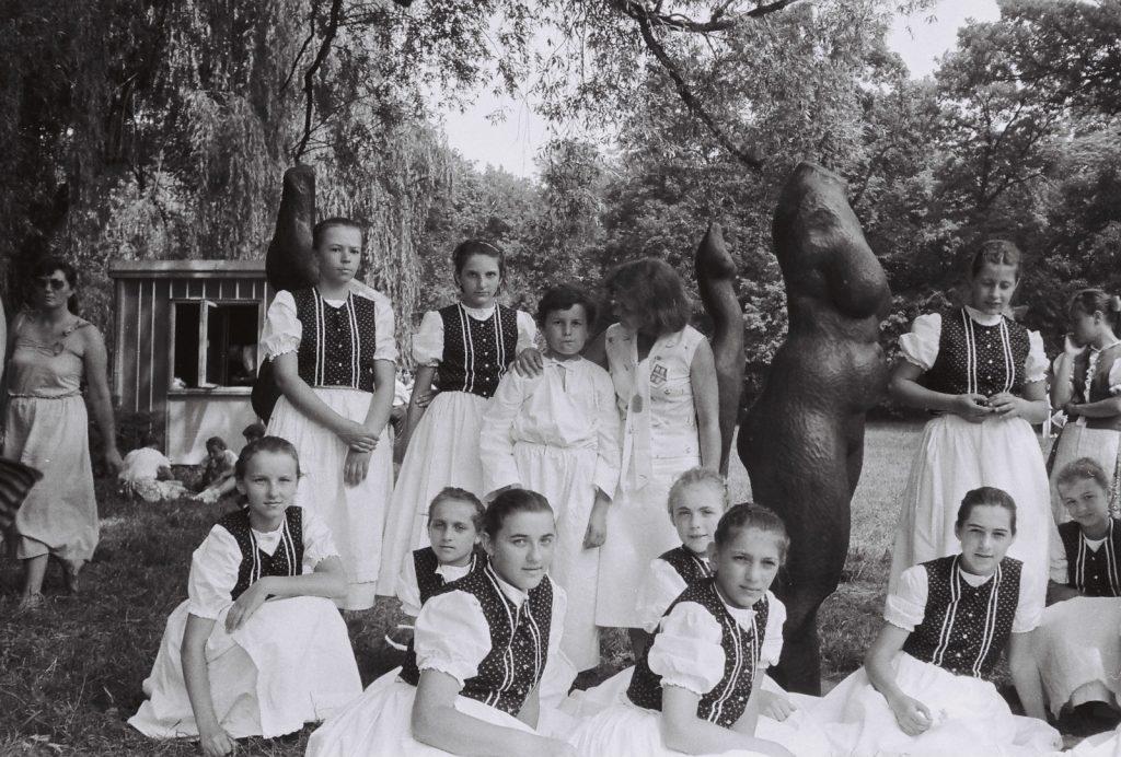 Fehér Liliomszáll Gyermektánccsoport, Szepsi. (a Lipcsi György szobránál, középen N. Sarlós Ildikó, csoportvezető) (XXVIII. Országos Népművészeti Fesztivál)