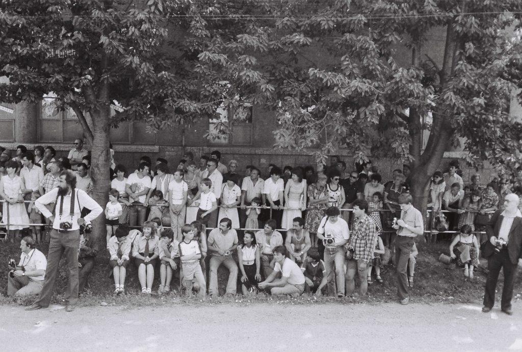 Közönség a tribün előtt. (a szakállas Gyökeres György fotográfus) (XXVIII. Országos Népművészeti Fesztivál)