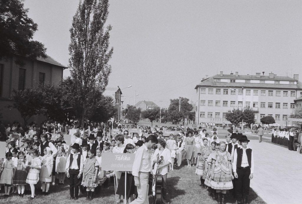 A szoborkoszorúzásra felsorakozott együttesek. (XXVIII. Országos Népművészeti Fesztivál)