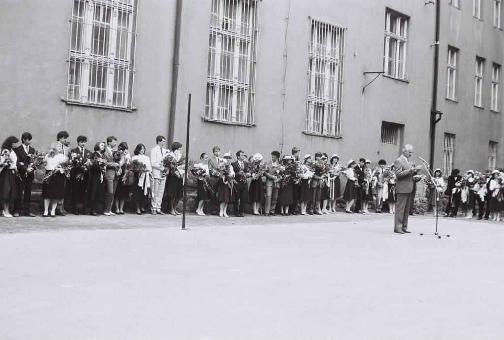 A Duna utcai magyar iskola évzáró ünnepsége és ballagás. (a mikrofonnál a szülői tanács elnöke)