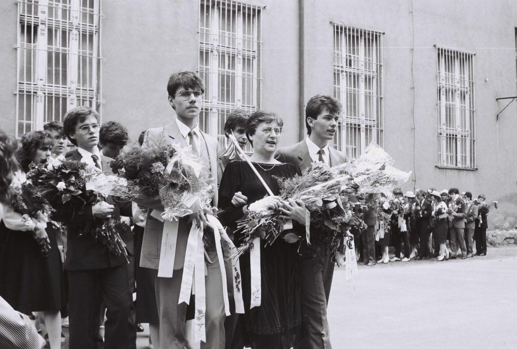 A Duna utcai magyar iskola évzáró ünnepsége és ballagás. (1. sor középen Koval Rózsa osztályfőnök tanárnő)