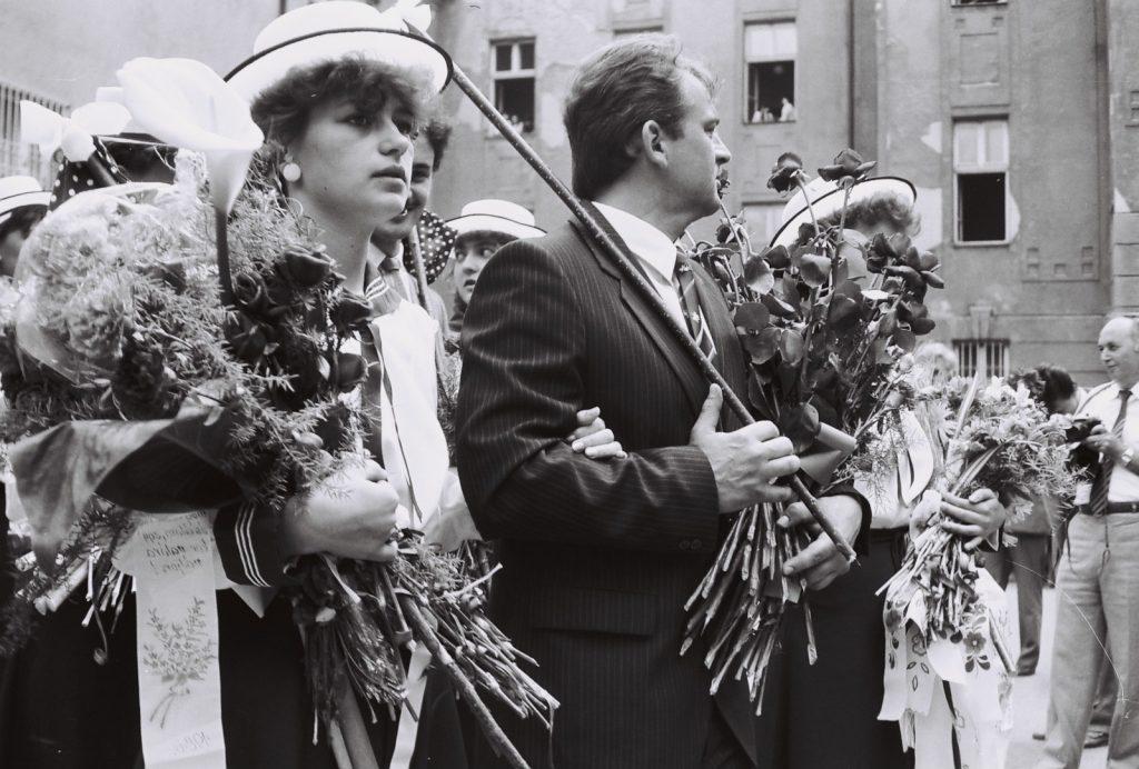 A Duna utcai magyar iskola évzáró ünnepsége és ballagás. (középen Szkladányi Endre osztályfőnök tanár)