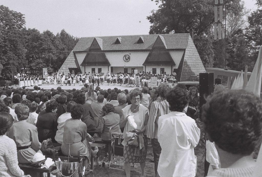 A fesztivál nyitóképe - gyerekegyüttesek a színpadon. (XXXII. Országos Népművészeti Fesztivál)