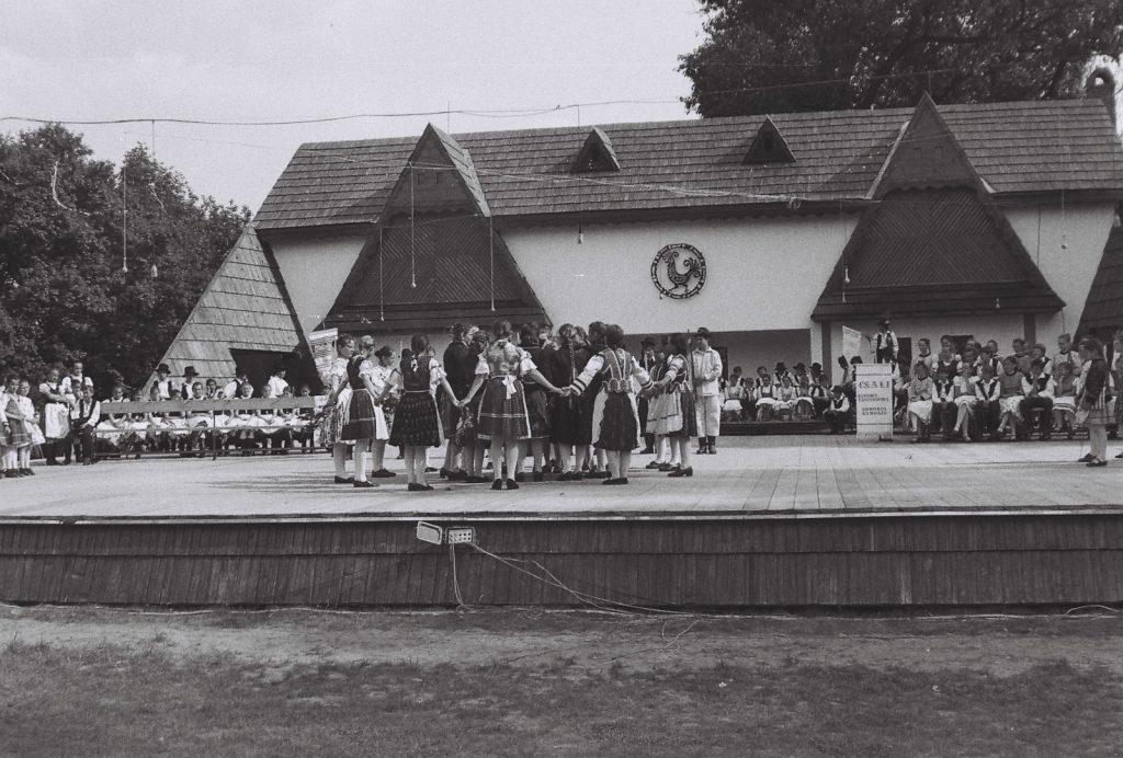 A fesztivál nyitóképe - gyerekegyüttesek a színpadon. (középen a Nyitra vidéki hagyományőrző csoport) (XXXII. Országos Népművészeti Fesztivál)