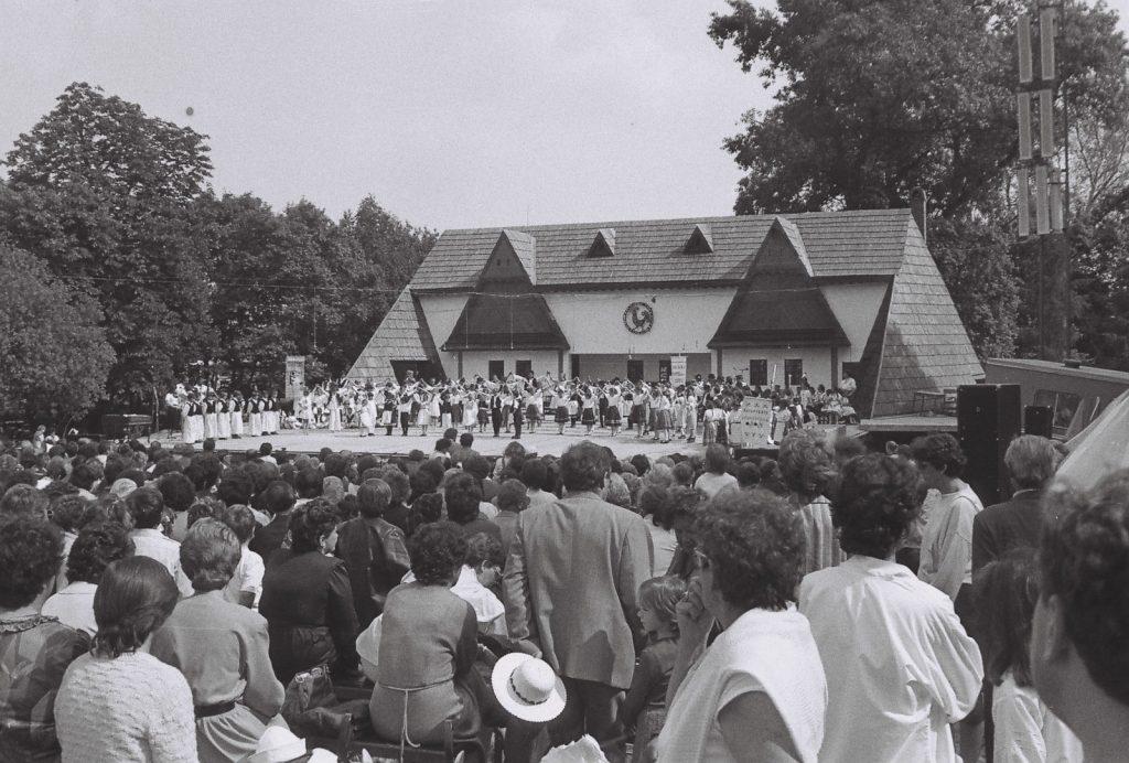 Köszöntő a népművészet hangján. Ünnepi műsor a noszf 70. évfordulója tiszteletére. (az összes szereplő együttes a színpadon) (XXXII. Országos Népművészeti Fesztivál)