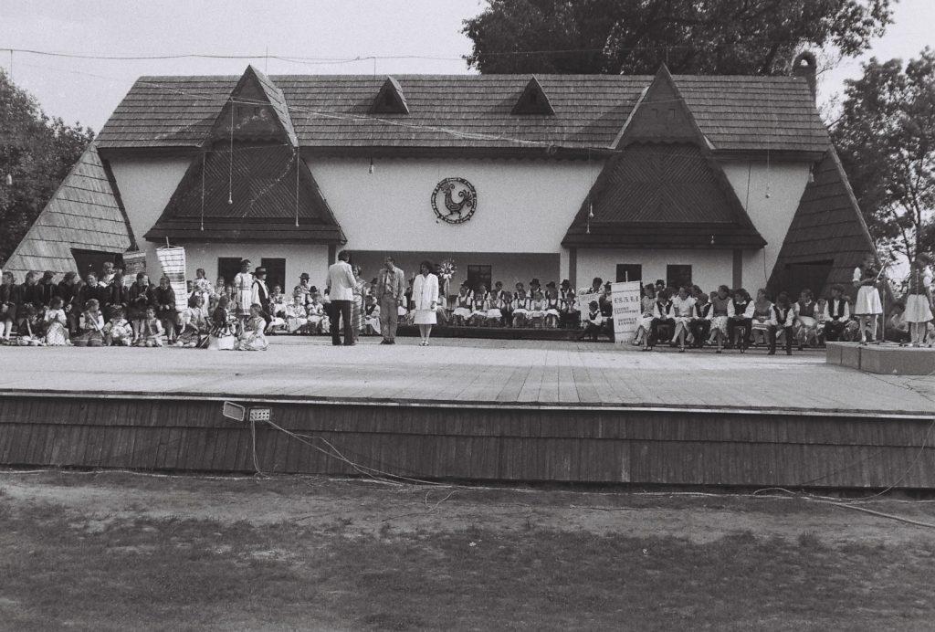 Az oklevelek átadás. (háttal Dunajszky Géza Csemadok népművelési osztály vezetője) (XXXII. Országos Népművészeti Fesztivál)