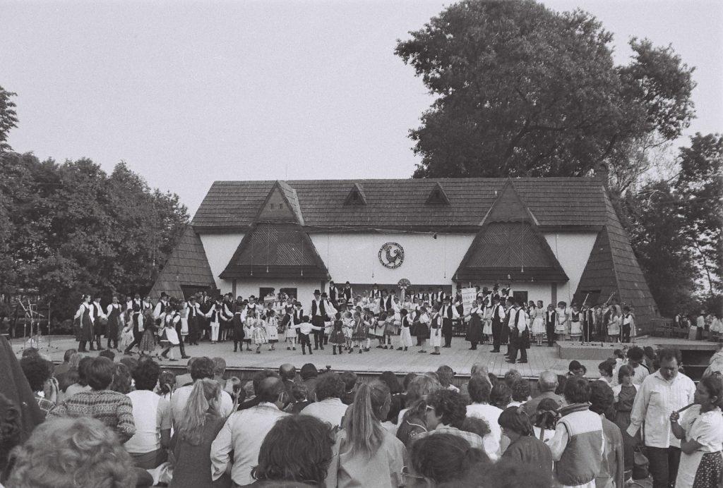 Köszöntő a népművészet hangján. Ünnepi műsor a noszf 70. évfordulója tiszteletére. A műsor záróképe. (XXXII. Országos Népművészeti Fesztivál)