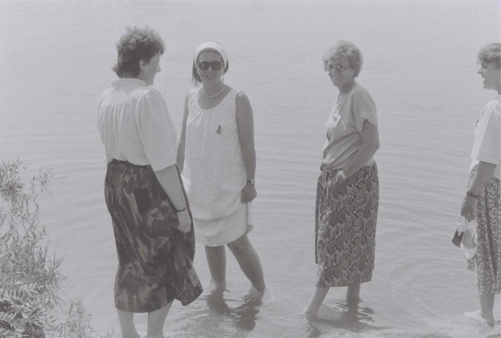 A szelídi tónál. (balról: Tarr Lujza, Héra Éva, Borbély Jolán zsűri tagok Budapestről) (Duna Menti Folkórfesztivál)