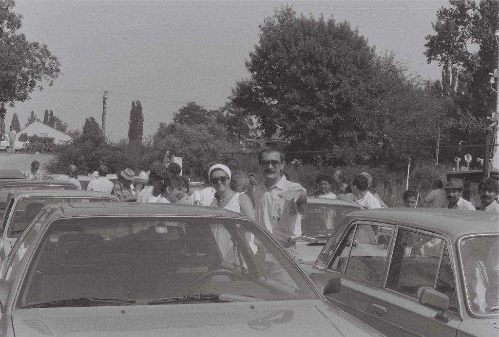 A Dunánál a kompra várva: Sebők Géza (Pozsony) és Héra Éva (a Népművészeti Osztály vezetője, Budapest) (XXXV. Országos Kulturális Ünnepély) (Duna Menti Folkórfesztivál)