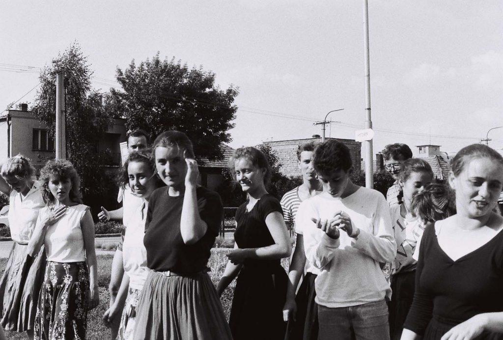 Csoportkép a résztvevőkről. A második alkalommal szervezett, július 16-íg tartó táncháztábor résztvevői a naponta több órán át folyó gyakorlati oktatáson kívül elméleti előadásokon ismerkedhetnek a Csallóköz, Mátyusföld, a Bodrogköz, Szatmár, a Tiszahát és Erdély hagyományos magyar néptáncaival, zenéjével, dalaival. (II. Országos Táncháztábor, július 10-16.)