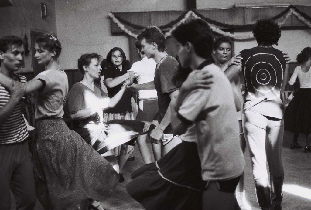 Oktatás a táncháztáborban. A második alkalommal szervezett, július 16-íg tartó táncháztábor résztvevői a naponta több órán át folyó gyakorlati oktatáson kívül elméleti előadásokon ismerkedhetnek a Csallóköz, Mátyusföld, a Bodrogköz, Szatmár, a Tiszahát és Erdély hagyományos magyar néptáncaival, zenéjével, dalaival. (II. Országos Táncháztábor, július 10-16.)