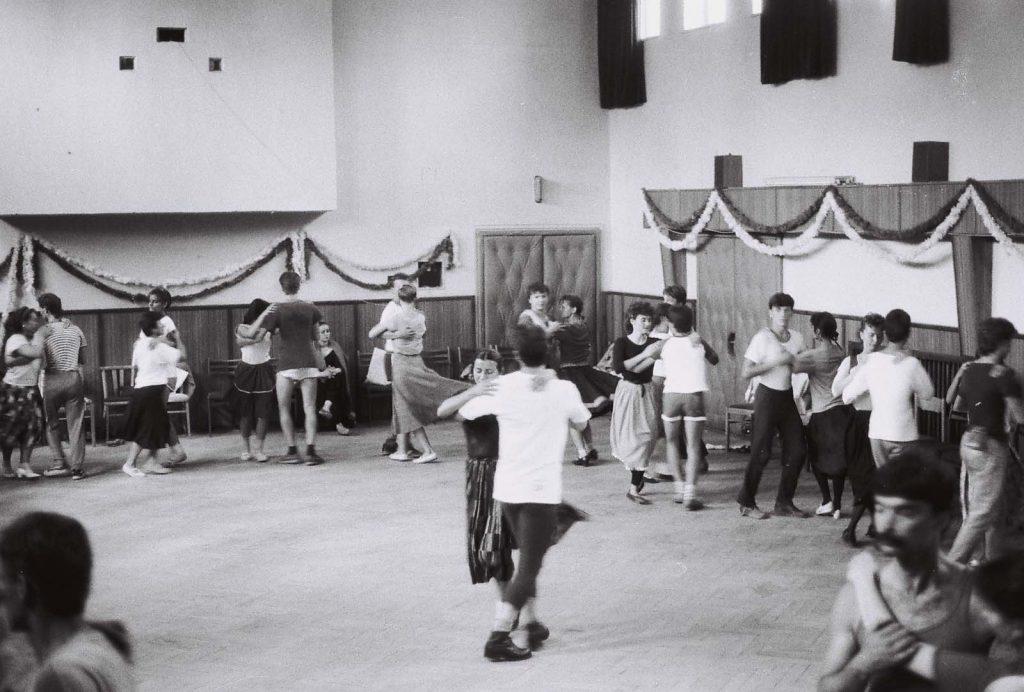 Oktatás a táncháztáborban. A második alkalommal szervezett, július 16-íg tartó táncháztábor résztvevői a naponta több órán át folyó gyakorlati oktatáson kívül elméleti előadásokon ismerkedhetnek a Csallóköz, Mátyusföld, a Bodrogköz, Szatmár, a Tiszahát és Erdély hagyományos magyar néptáncaival, zenéjével, dalaival. (oktatók: Nagy Zoltán József és Juhász Katalin) (II. Országos Táncháztábor, július 10-16.)